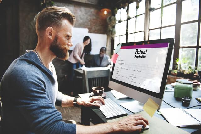 パソコンで仕事をしている人