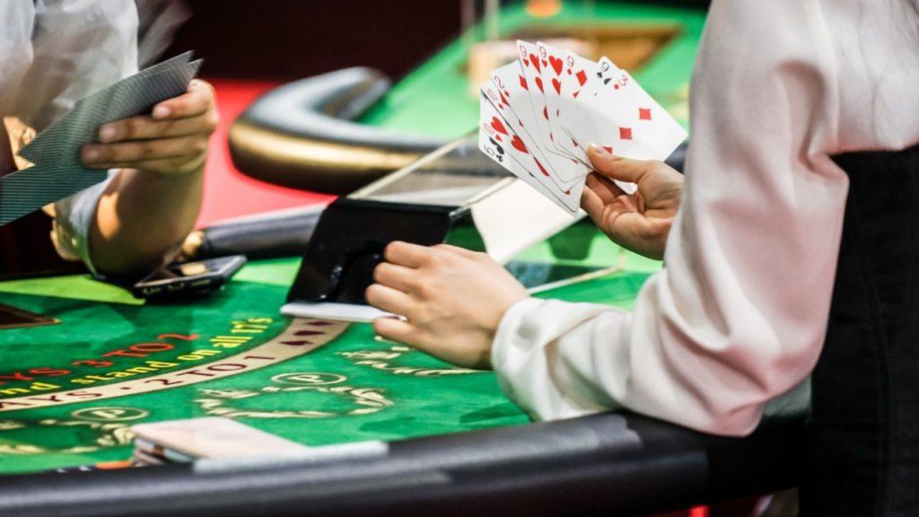 カジノでトランプを捌くディーラー