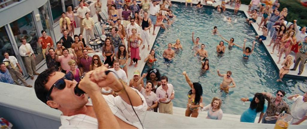 ウルフオブウォールストリートのジョーダンがプールではしゃいでいる