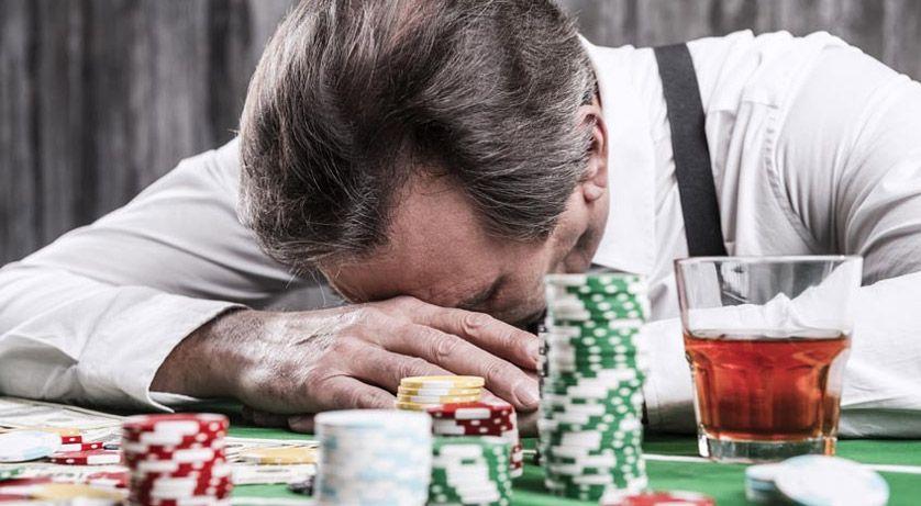 カジノで負けて落ち込んでいる人