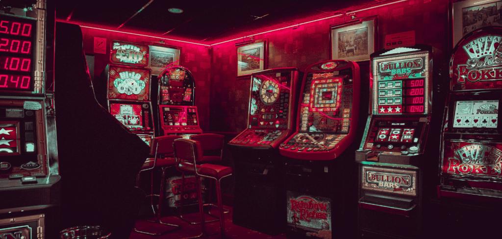 赤いライトに照らされるスロット台