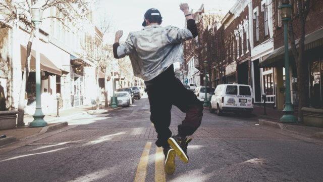 飛び跳ねている男性