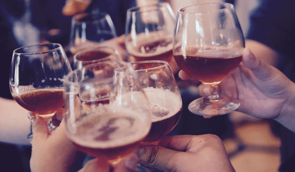 複数のグラスで乾杯